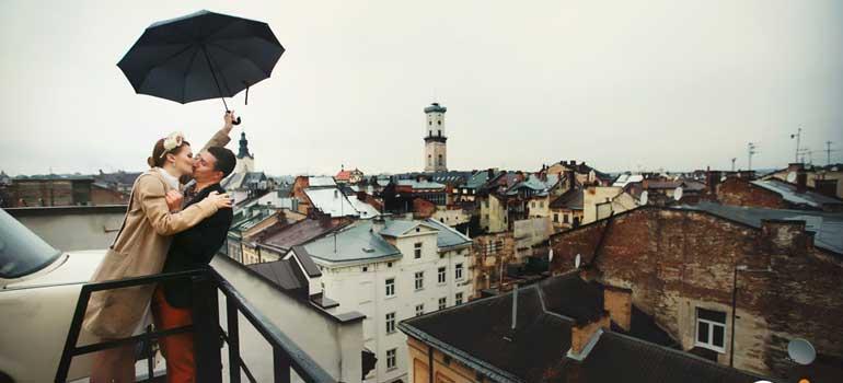 House Of Legends Restoran, Lviv Efsaneler Evi, Lviv çatısında araba olan yer, Lviv Arabalı cafe, House Of Legends Cafe, Legend Dim