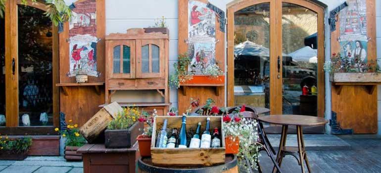 Trout El Yapımı Ekmek ve Şarap Evi, Trout, Lviv Bread And Wine, Pstruh Restoran, Lviv Silah müzesinin arkasındaki restoran, Lviv ekmek ve şarap restoran, Lviv balık restoran,