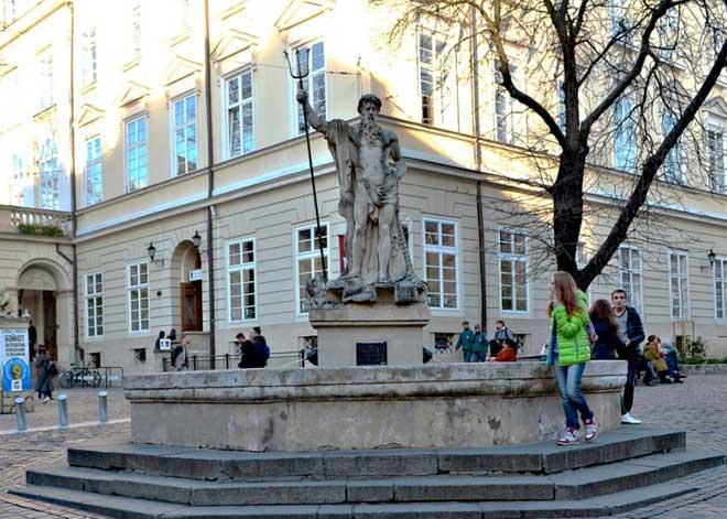 Lviv Rynok Square, Neptün Çeşmesi © Tatiana Zhernov | Lviv Haber